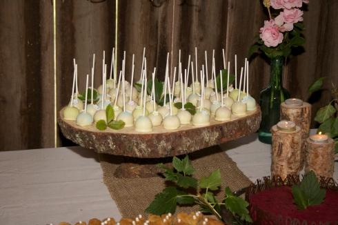 Cakepops med smak av fläder och smultron.