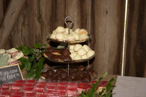 Brudens biskvier med jordgubbskräm och vit choklad. Brudgummens biskvier med chokladkräm och mörk choklad.